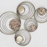 Extravagante Wanddeko aus Metall golden mit Steinen verziert 58x50 cm